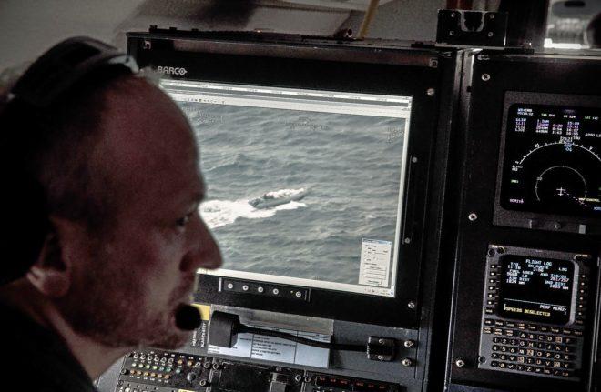 7ce2220df Ron, de las Fuerzas Aéreas Danesas, frente a una imagen de la 'narcolancha'  localizada por el Challenger 604 en aguas del sur de Italia, frente a las  costas ...