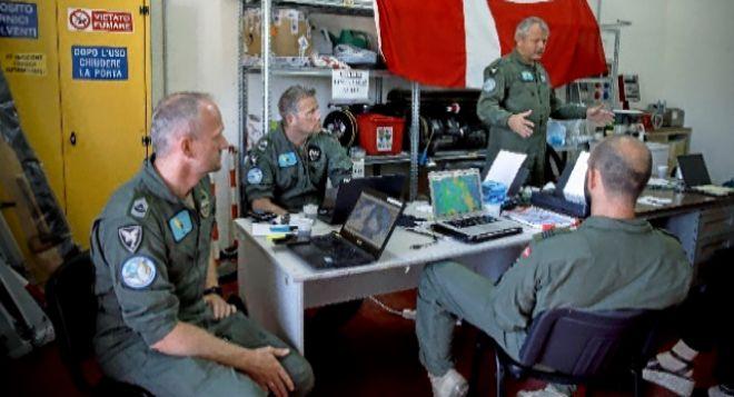 Reunión de la tripulación en el hangar de Catania, antes de despegar. A. D. L.