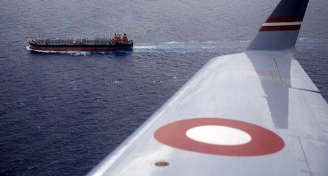 Un carguero, visto desde la ventanilla de la aeronave de Frontex. A. D. L.