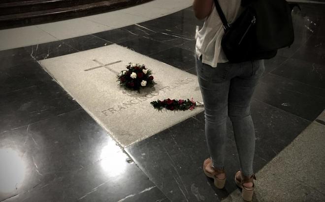 Una mujer visita la tumba del dictador Francisco Franco.