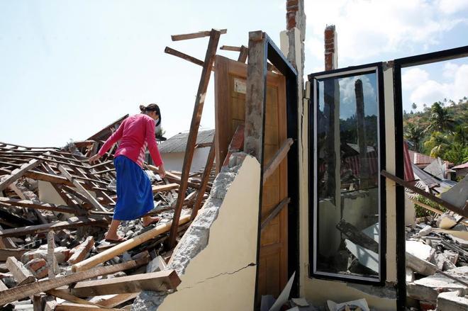 Una Mujer Camina Sobre Los Escombros Tras El Anterior Seismo De Lombok EFE