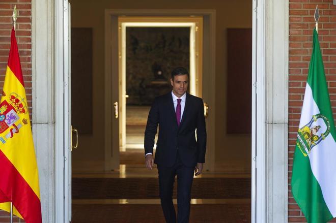 El presidente del Gobierno, Pedro Sánchez, sale de Moncloa en la...