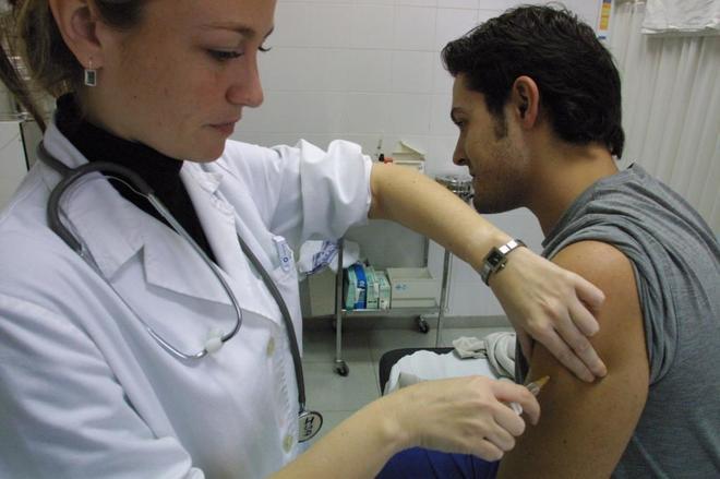 Un joven vacunándose del sarampión.
