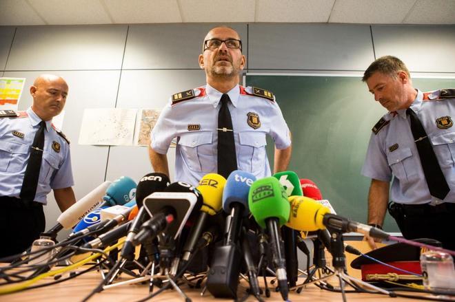 El comisario Rafael Comes, jefe de la Comisaría Superior de Coordinación Central (c) acompañado del jefe de la Región de Barcelona, Carles Anfruns (i) y del jefe de la comisaria de Cornellà, Ramon Xau (d), ayer.