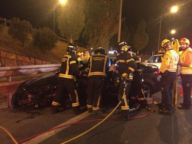 Bomberos rescatan a uno de los conductores heridos en el accidente...