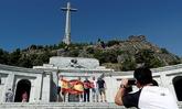 Varias personas se hacen una foto en el Valle de los Caídos con la...