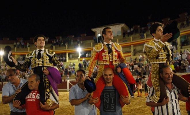 El Fandi, Garrido y Álvaro Lorenzo, a hombros tras imponerse a la lluvia