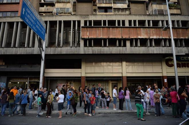 Vecinos de Caracas salieron de los edificios tras sentir el temblor este martes.