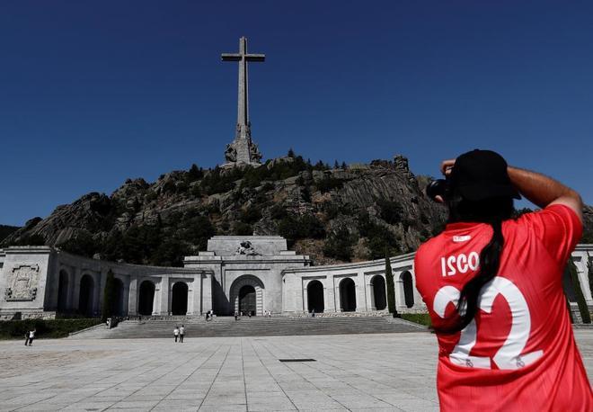 Un hombre hace una foto a la cruz del Valle de los Caídos
