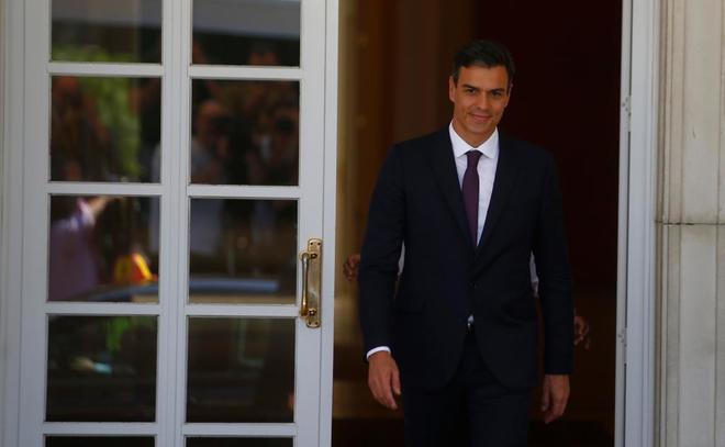 Sánchez, en la puerta de la Moncloa.