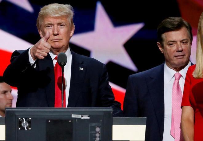 Donald Trump levanta el pulgar a su jefe de campaña Paul Manafort...