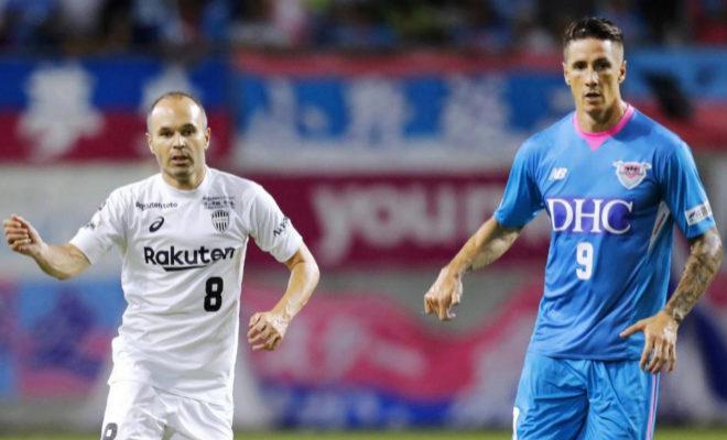 Andrés Iniesta y Fernando Torres (dcha), durante el partido.