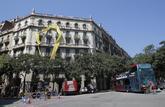Un lazo amarillo cubre parte de una fachada en la calle Sicilia de...