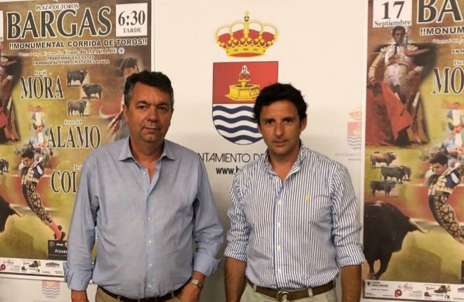 El empresario Manuel Amador junto al alcalde de la localidad toledana Gustavo Figueroa