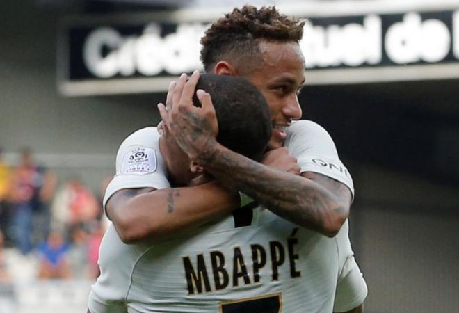 Neymar abraza a Mbappé para celebrar un gol del PSG ante el Guingamp.