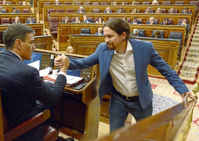 Pablo Iglesias saluda a Pedro Sánchez durante la moción de censura a...