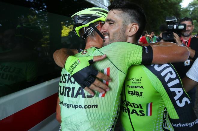 Sanz celebra con un compañero su victoria de etapa en la Vuelta a Portugal