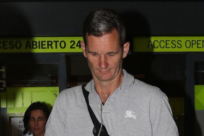 Iñaki Urdangarin en el aeropuerto de Madrid antes de entrar en prisión.