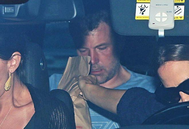 Ben Affleck se dirige a la clínica, acompañado por su esposa.