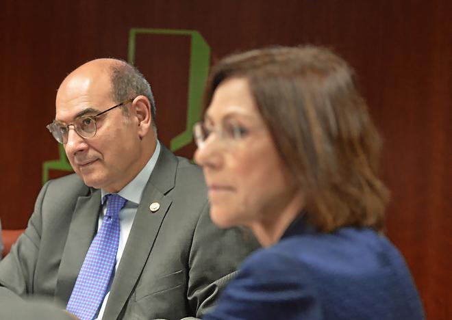 El consejero Jon Darpón y la directora de Osakidetza María Jesús Múgica en su comparecencia en el Parlamento.