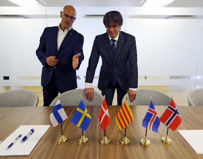 Carles Puigdemont y Raül Romeva, en la inauguración de la sede de...
