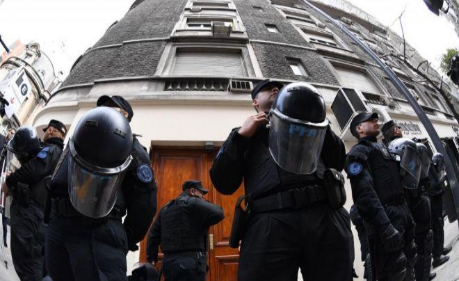 Agentes de Policía ante la puerta del domicilio de la ex presidenta Kirchner.