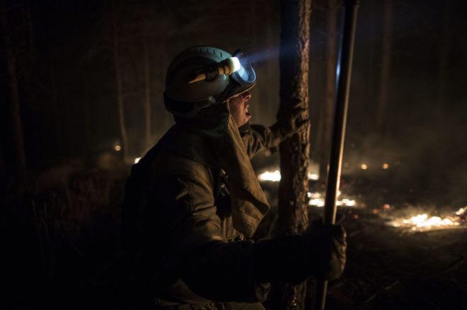 Un bombero lucha contra el fuego en Galicia