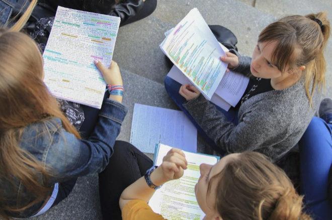 Un grupo de estudiantes madrileñas repasan antes de un examen