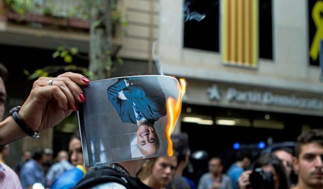 Los CDR queman retratos del juez Llarena frente a la sede del PDeCAT,...