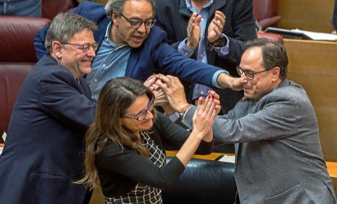 Manolo Mata, Ximo Puig, Mónica Oltra y Vicent Soler, durante un momento de celebración en las Cortes.