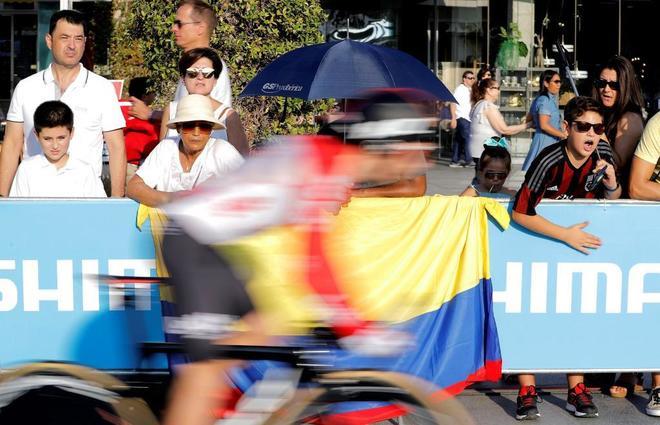 El público aplaude, en la primera etapa de la Vuelta, este sábado.