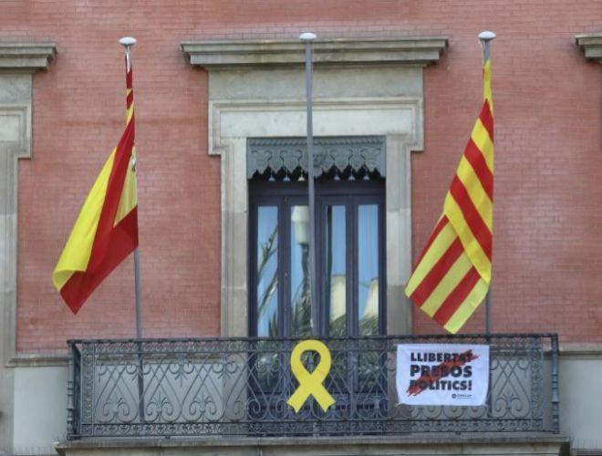 Lazo  amarillo y pancarta sobre los presos en la Conselleria de...