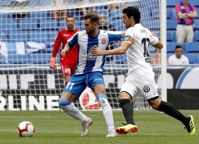 Baptistao (i) supera la marca del volante del Valencia Dani Parejo.