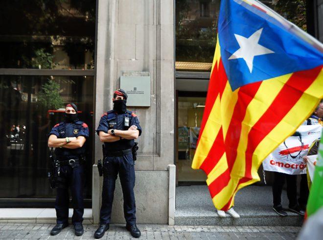 Agentes de los Mossos ante un edificio judicial.