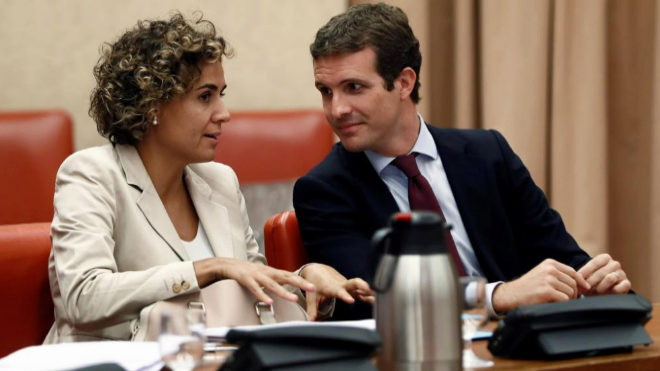 Pablo Casado conversa con Dolors Montserrat durante la reunión de la Diputación Permanente del Congreso.