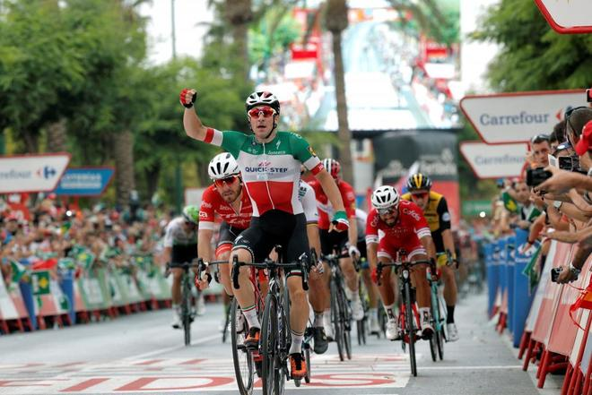 Elia Viviani celebra tras ganar la tercera etapa de La Vuelta.