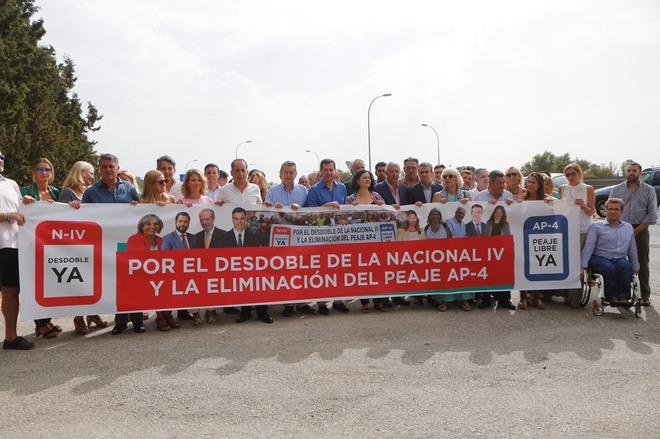 Juanma Moreno ha participado durante la mañana del lunes en Jerez en un acto para de la AP4.