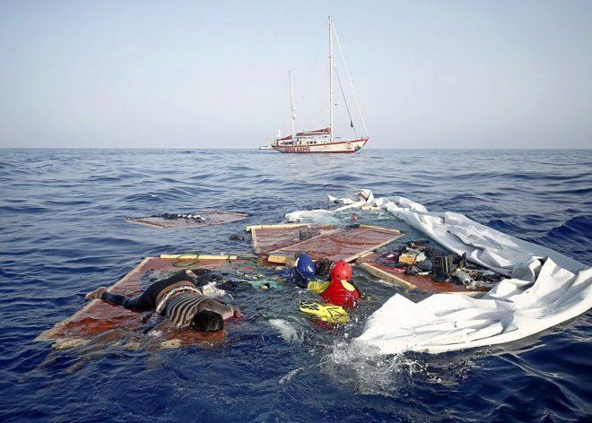 Fotografía facilitada por la ONG Open Arms de una embarcación...
