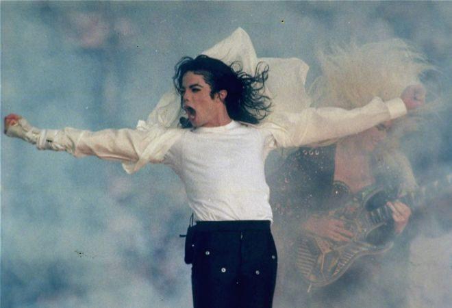 Michael Jackson, durante su actuación en la Superbowl, en 1993.