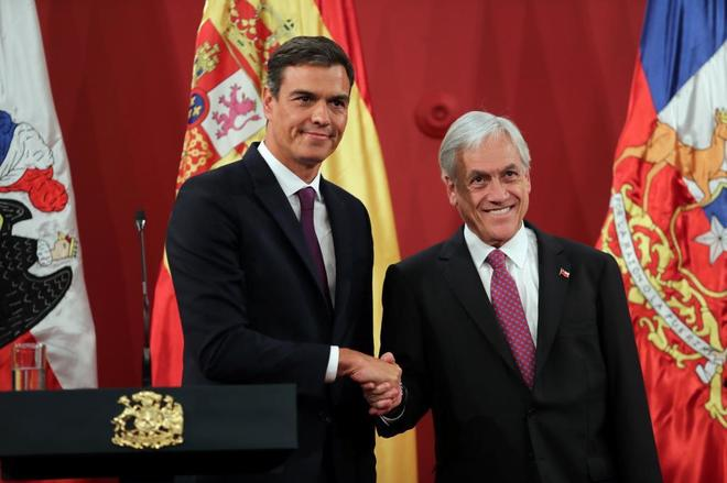 Pedro Sánchez y Sebastián Piñera se saludan durante su encuentro en...