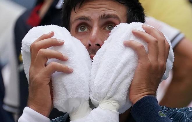 Novak Djokovic se aplica hielo en uno de los descansos del partido ante Fucsovics.