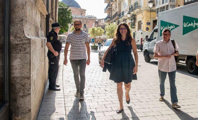 Mónica Oltra y sus colaboradores, a las puertas del Palau de la Generalitat.