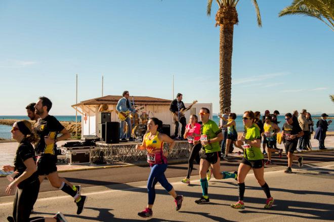Deportistas corriendo a orillas del mar
