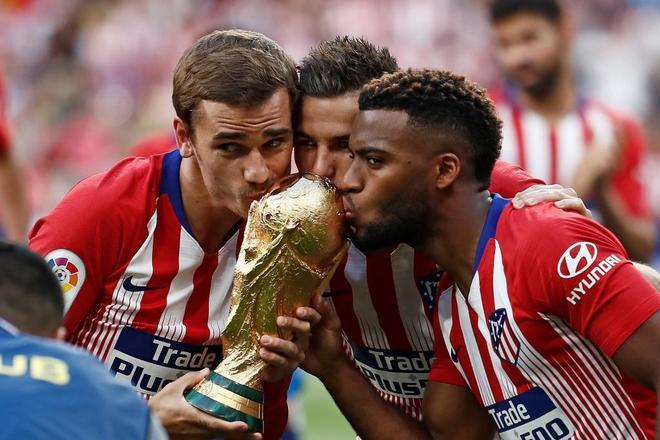 Griezmann, Hernández y Lemar, con la Copa del Mundo en el Wanda.