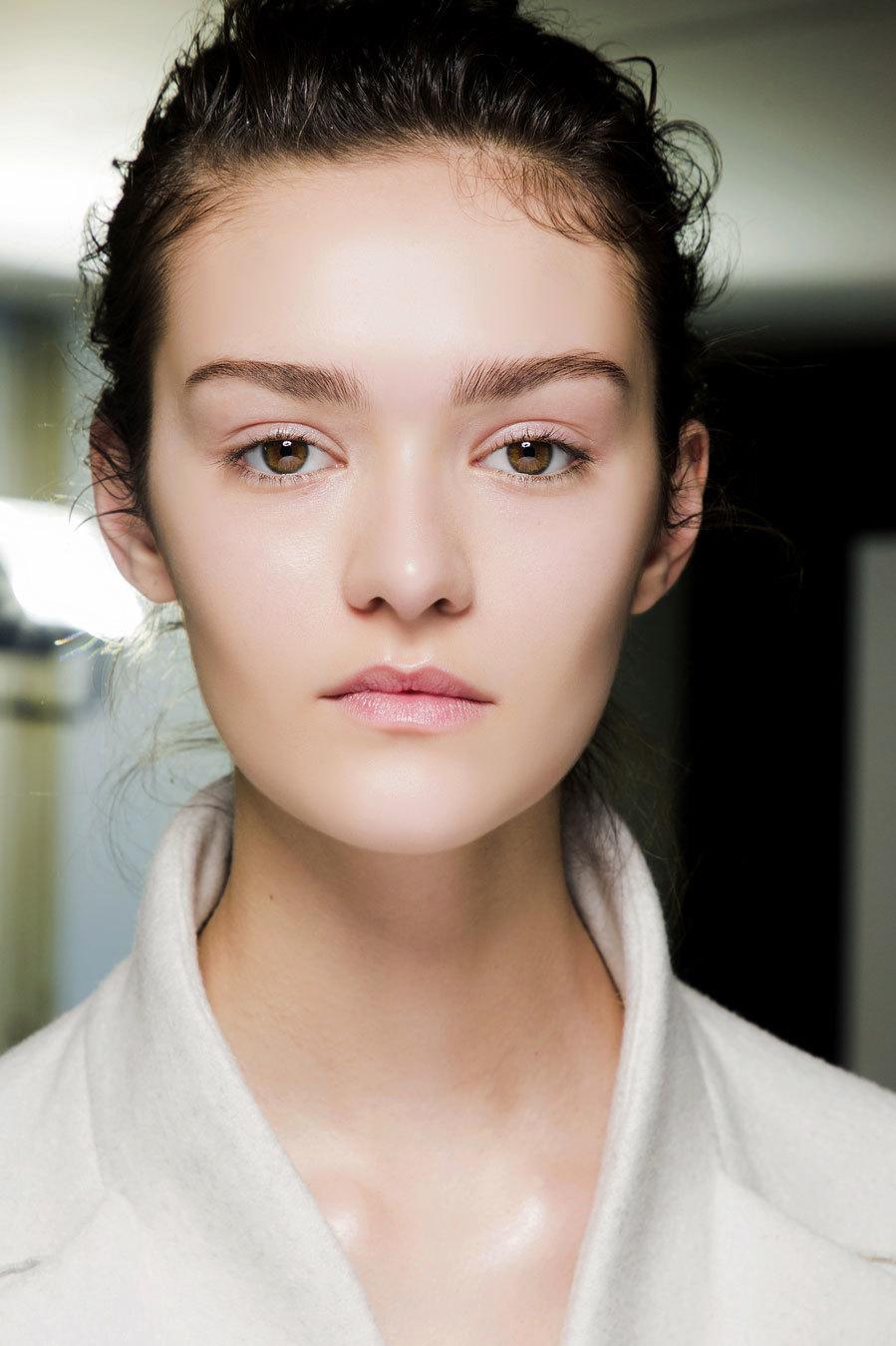 De aspecto natural (aun cuando se lleve maquillaje) y muy luminosa;...