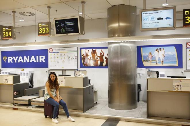67aea624f Una chica espera con su maleta de mano frente a los mostradores de Ryanair  durante la huelga de TCP en Madrid. SERGIO ENRÍQUEZ-NISTAL
