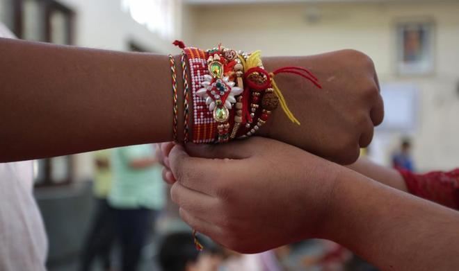 Unas niñas se colocan unas pulseras en un orfanato de Cachemira, en...