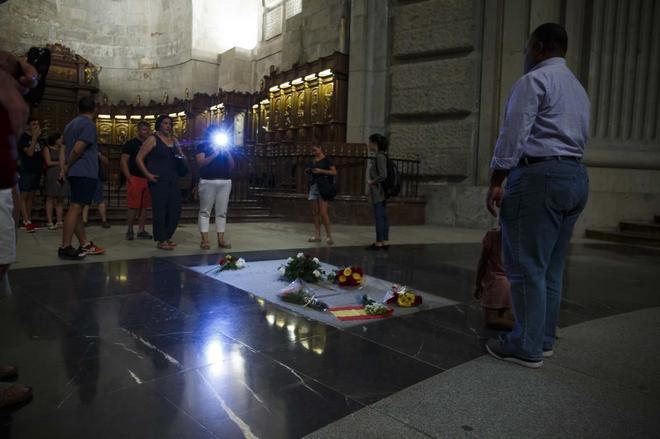 Un hombre se fotografía ante la tumba de Franco en el interior de la...
