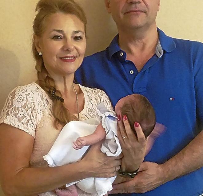 Cristina y Carlos, con la hija que tuvieron el pasado 5 de agosto en...