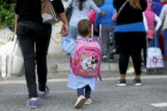 Un niño acompañado de su madre durante su primer día de cole en un inicio de curso en Alicante, en imagen de archivo.